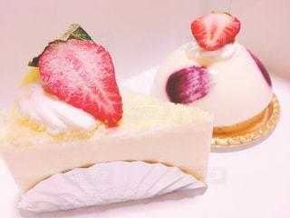 皿の上のケーキの一部の写真・画像素材[889642]