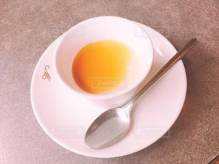 白いプレートにスープのボウルの写真・画像素材[896350]