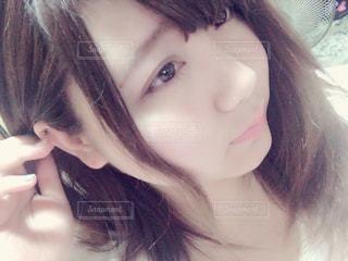 髪を耳にかける女性の写真・画像素材[1048833]