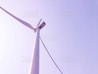 青空の下にある迫力のある風車の加工バージョンの写真・画像素材[1116599]