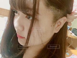 横向きの女性が髪をかきあげる様子の写真・画像素材[1517920]