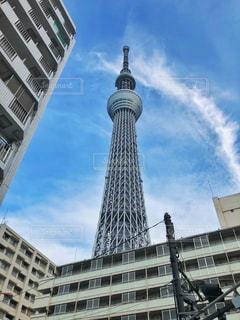 空の背景を持つ大規模な背の高い塔の写真・画像素材[890087]
