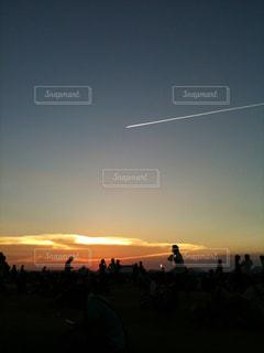 夕暮れ時の人々 のグループの写真・画像素材[889956]