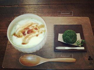 木製のテーブルの上に食べ物のボウル - No.890613