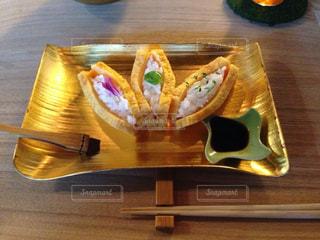 テーブルの上のケーキと木製のまな板の写真・画像素材[890614]