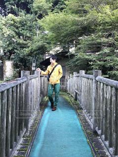 橋を渡って歩く男の写真・画像素材[892573]