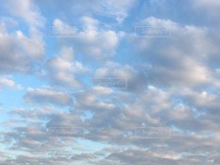 空色の空と柔らかい雲の写真・画像素材[890778]