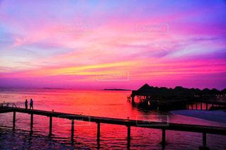 夕日に映る桟橋の写真・画像素材[897996]