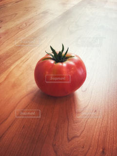 木製のテーブルの上に収穫したトマトを - No.909585