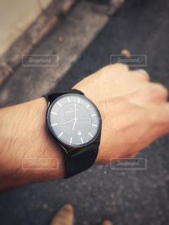 時間を確認する手の写真・画像素材[909588]