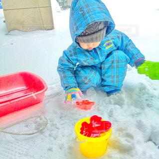 雪遊びに夢中な男の子 カラフル - No.899973