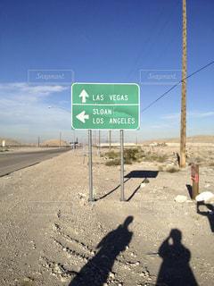 ロサンゼルス ラスベガスの道路標識の写真・画像素材[892836]