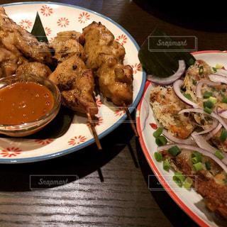 テーブルの上に食べ物のプレート - No.891665