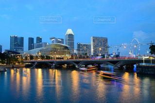 シンガポール 夜景と遊覧船の写真・画像素材[891690]