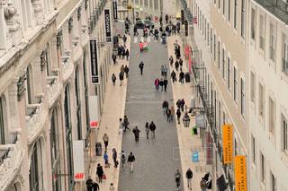 街の通りを歩いている人々の写真・画像素材[915428]