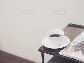 テーブルの上のコーヒー カップの写真・画像素材[1027174]