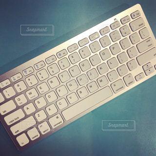 近くにコンピューターのキーボードのの写真・画像素材[1027175]