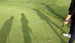 ゴルフクラブを持っている人の写真・画像素材[892657]