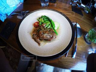 テーブルの上に食べ物のプレートの写真・画像素材[892511]