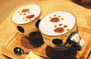 木製テーブルの上のコーヒー カップ - No.909616