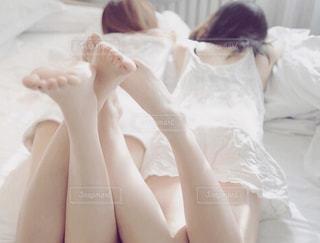 ベッドの上に座っている女性の写真・画像素材[910697]