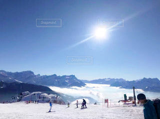 雪に覆われた山の上に立って人々 のグループの写真・画像素材[910726]
