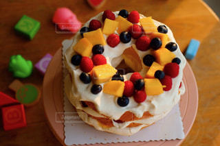 皿の上の誕生日ケーキのスライスの写真・画像素材[911920]
