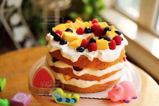 近くのテーブルに飾られたケーキのアップの写真・画像素材[911921]