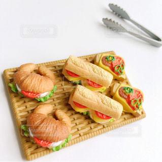 テーブルの上に食べ物のトレイの写真・画像素材[1589526]