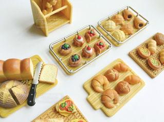 テーブルの上に食べ物の種類でいっぱいのボックスの写真・画像素材[1589528]
