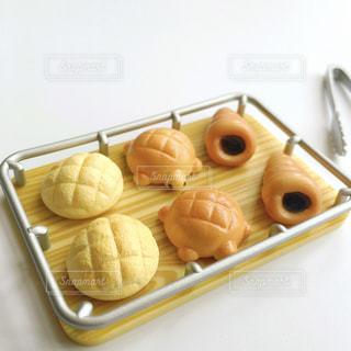 テーブルの上に食べ物の写真・画像素材[1589529]