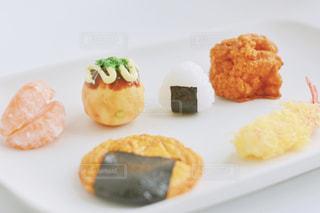 板の上に食べ物の束の写真・画像素材[1589534]