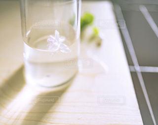 近くにテーブルの上のミルクのガラスのの写真・画像素材[1594096]