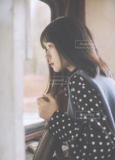 窓外を眺めている女性の写真・画像素材[1594315]