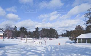 雪に覆われた斜面をスキーに乗っている人のグループの写真・画像素材[1596602]