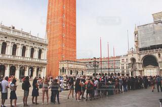 建物の前に立っている人の大群衆の写真・画像素材[1596691]