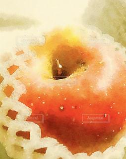 近くにりんごのアップの写真・画像素材[1599350]