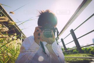 写真を撮っている男性の写真・画像素材[1603932]