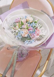 椅子の上にある花束の写真・画像素材[1654756]