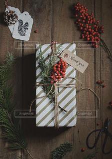 木製のテーブル上のクリスマスプレゼントの写真・画像素材[1654769]