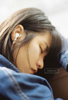 昼寝をしている女性の写真・画像素材[1666591]