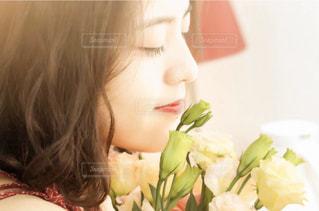 花を見ている女性の写真・画像素材[1666592]