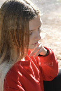 カメラを見て赤い髪の女の写真・画像素材[1666594]