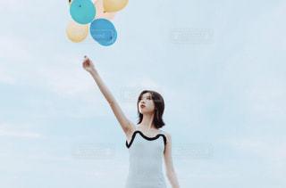 風船を持つ女性の写真・画像素材[1668217]