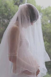 ウェディングドレスを着ているプレママの写真・画像素材[1670990]