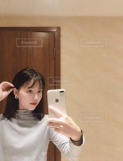 白いセーターの人の写真・画像素材[1704982]