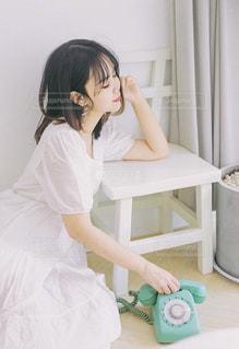 床の上に座っている女性の写真・画像素材[1730260]