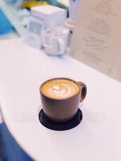 テーブルの上のコーヒー カップの写真・画像素材[1761681]