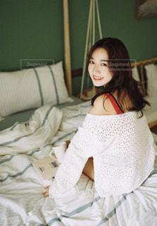 ベッドの上で座っている女の子の写真・画像素材[1816775]