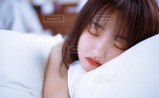 ベッドの上に座っている女性の写真・画像素材[2107940]